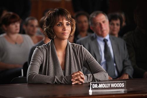 Extant: Halle Berry in una scena dell'episodio Change Scenario