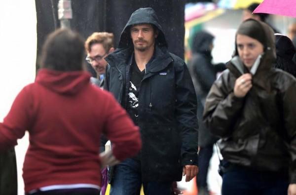 11/22/63: James Franco sul set si ripara dalla pioggia