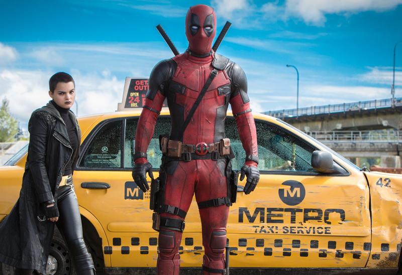 Deadpool: Brianna Hildebrand e Ryan Reynolds in una scena del film