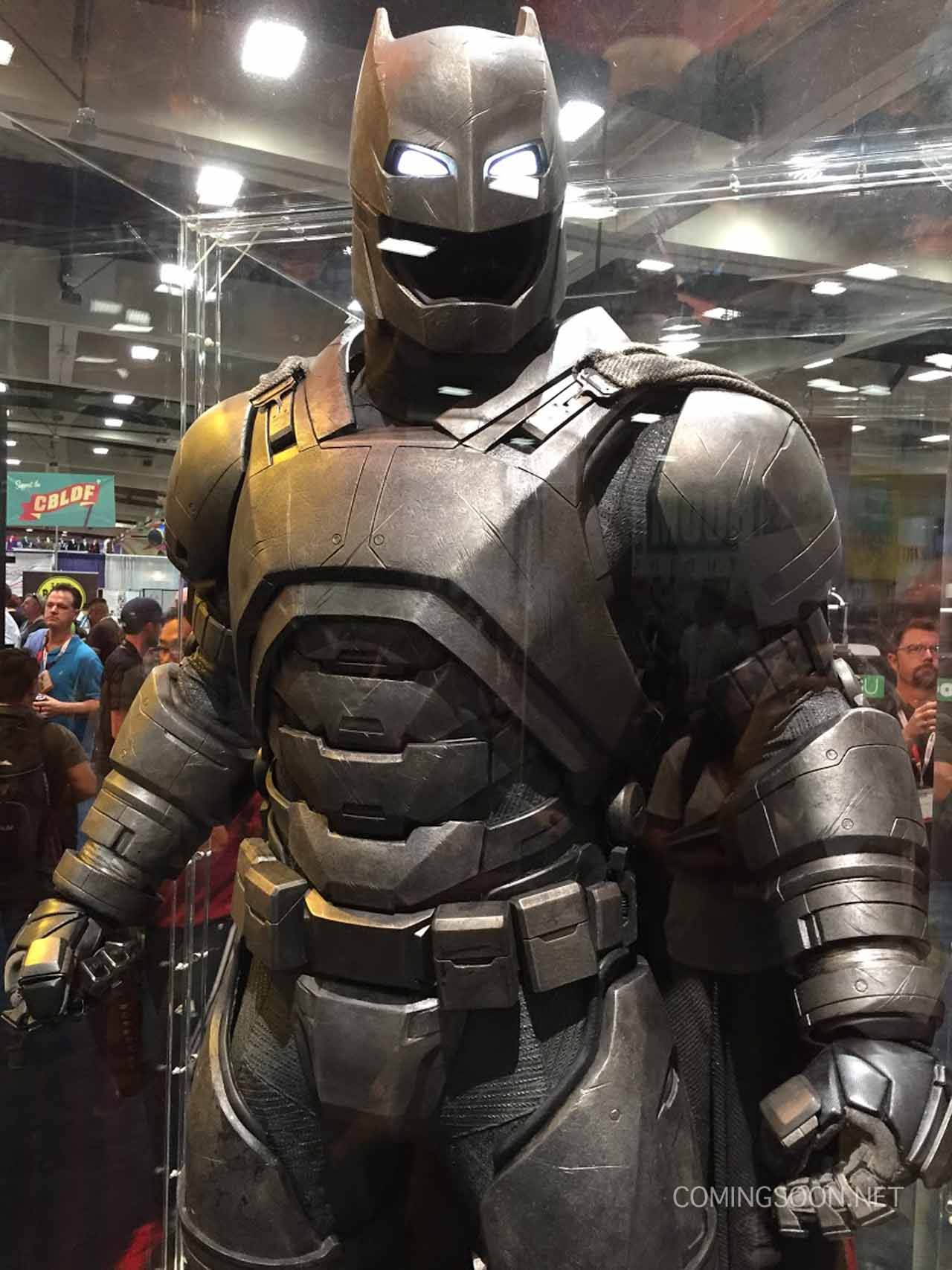 Batman v Superman: Dawn of Justice - La statua di Batman
