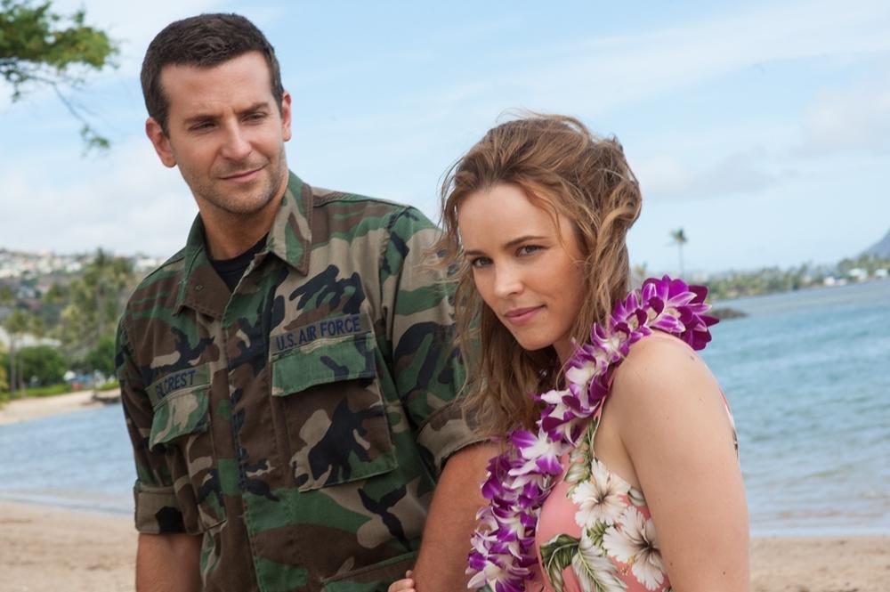 Bradley Cooper e Rachel McAdams in una scena del film Sotto il cielo delle Hawaii