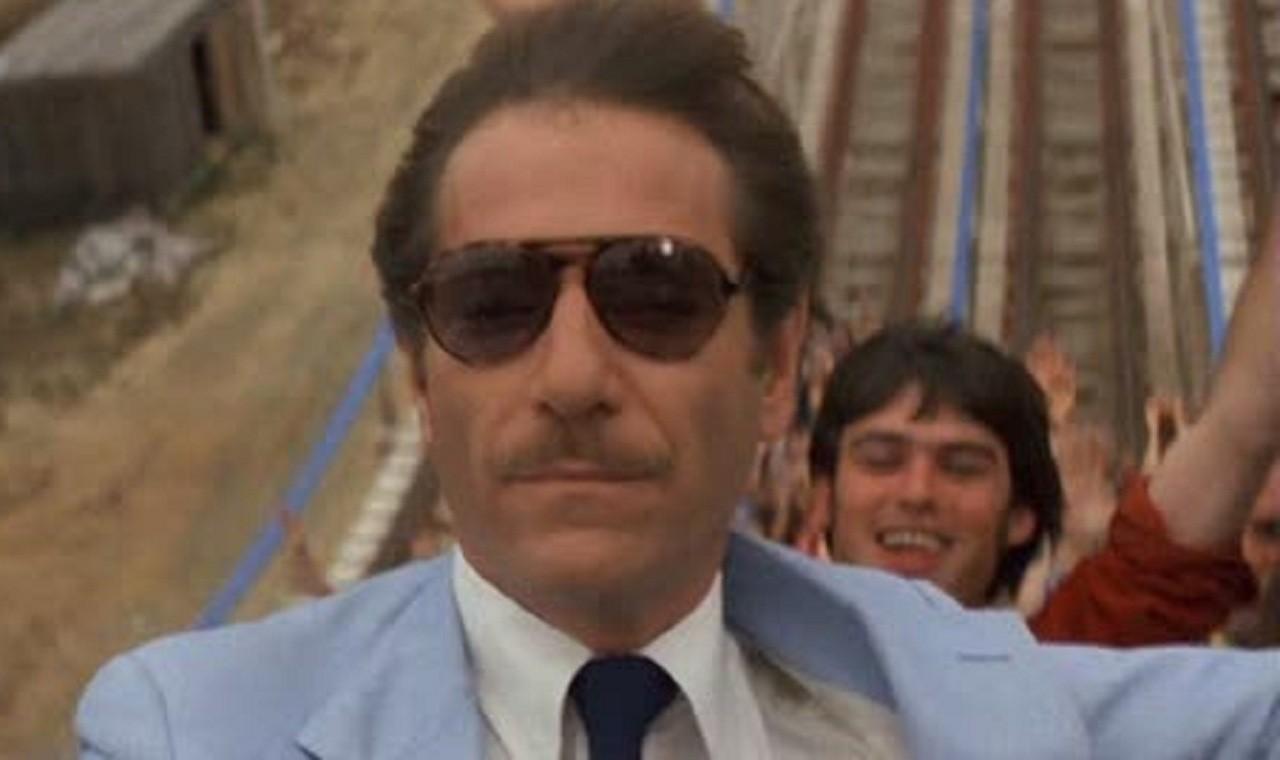 George Segal in una scena di Rollercoaster