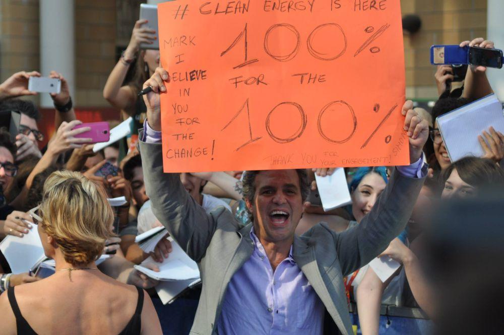 MArk Ruffalo, sul blue carpet di Giffoni, con un cartello che inneggia alle energie pulite
