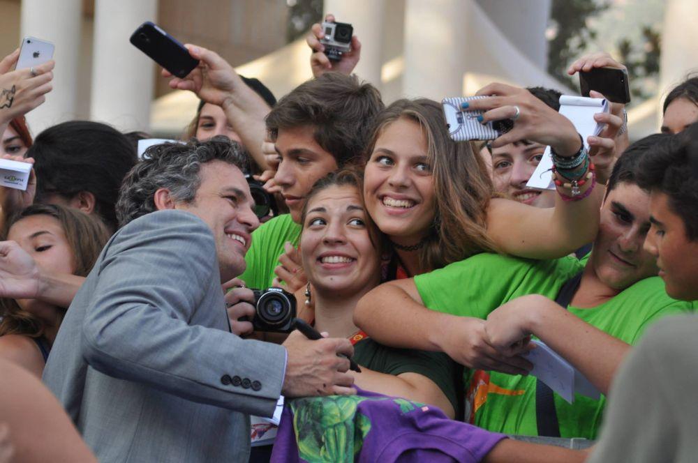 Mark Ruffalo posa coi fan a Giffoni Experience