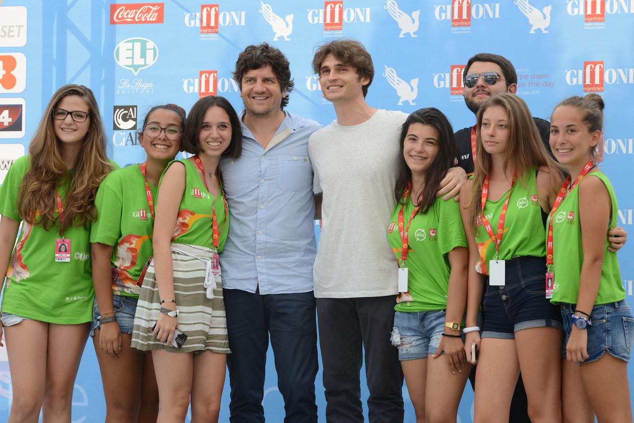 Fabio De Luigi e Angelo Duro circondati dai ragazzi di Giffoni Experience 2015