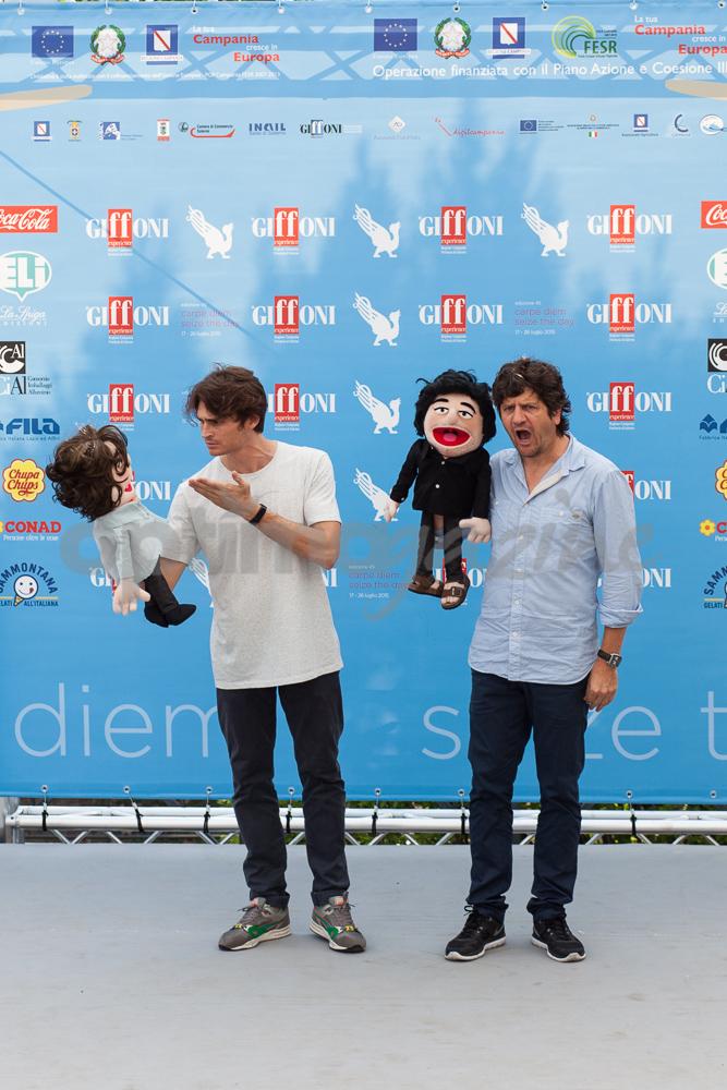 Fabio De Luigi e Angelo Duro giocano coi pupazzi al photocall di Giffoni