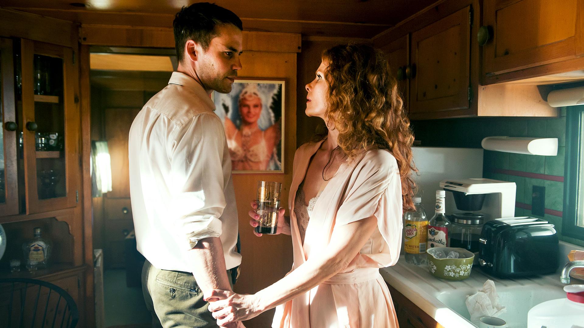 True Detective: Taylor Kitsch e Molly Hagan in una scena dell'episodio Other Lives