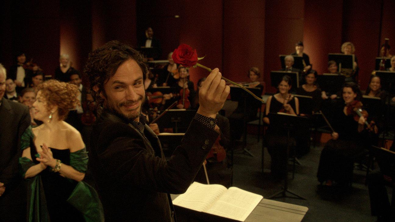Mozart in the Jungle: il protagonista Gael García Bernal posa davanti alla sua orchestra