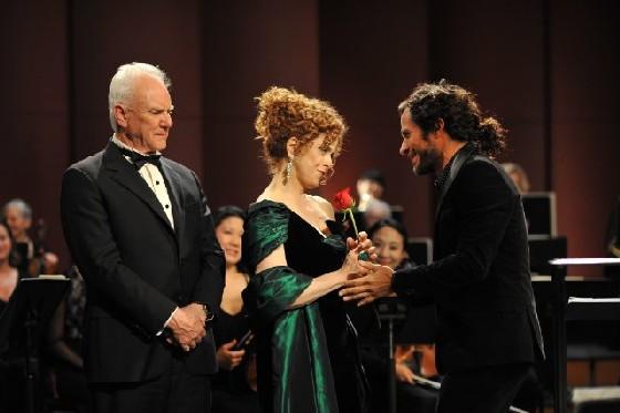 Mozart in the Jungle: Malcolm McDowell, Bernadette Peters e Gael García Bernal in una foto della prima stagione