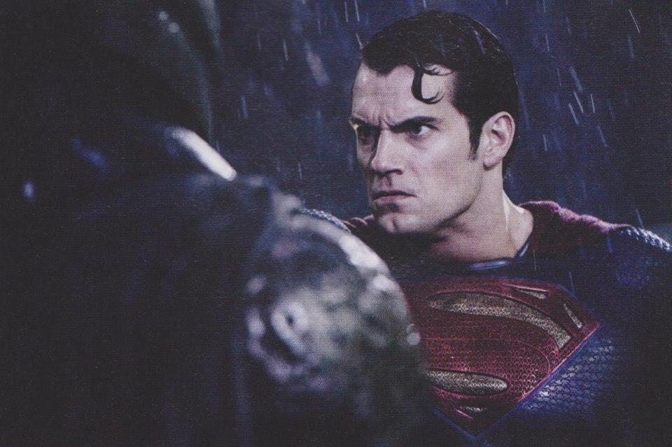 Batman v Superman: Dawn of Justice - Henry Cavill in un momento dello scontro con Batman