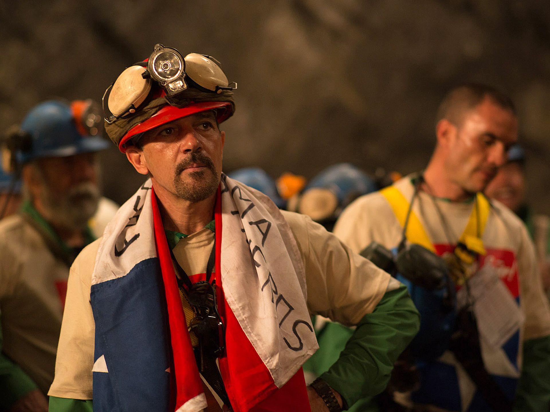 Los 33: Antonio Banderas con addosso la bandiera del Cile