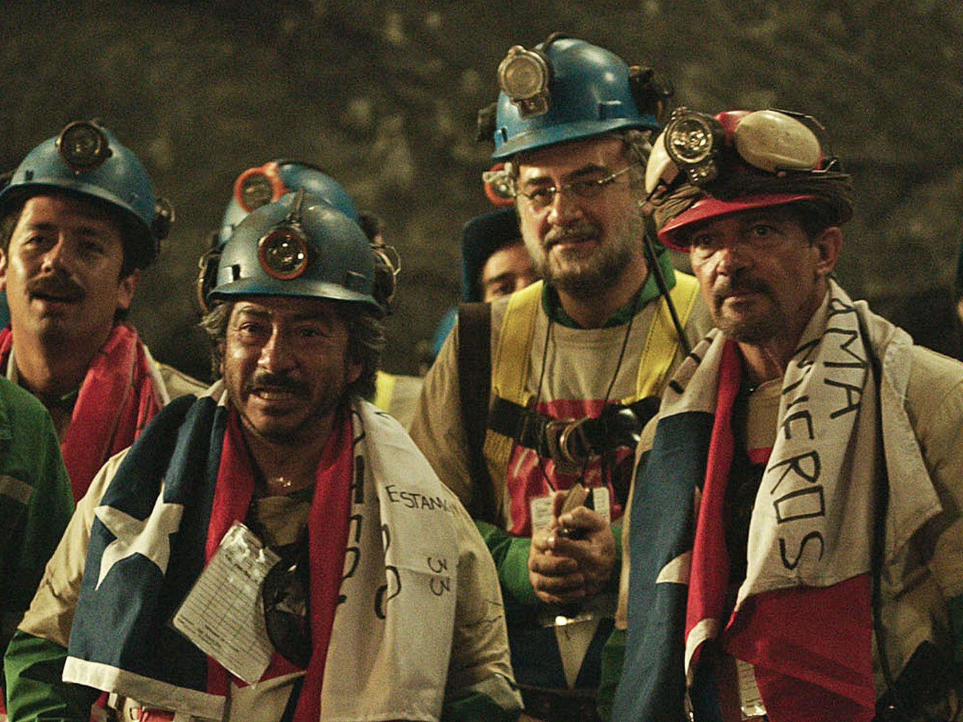 Los 33: Antonio Banderas e i colleghi con addosso la bandiera del Cile