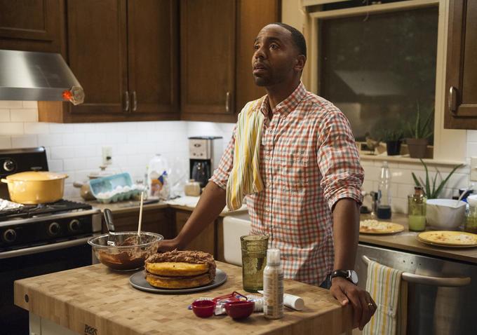 The Leftovers 2: Kevin Carroll nei panni di John Murphy in cucina