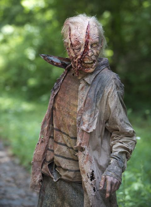 The Walking Dead: uno zombie che ha subito un attacco