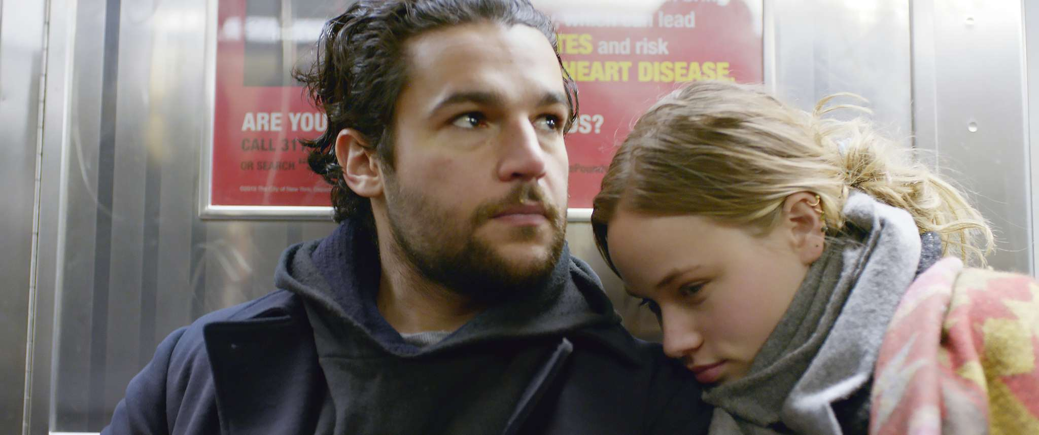 James White: Christopher Abbott e Makenzie Leigh in una scena