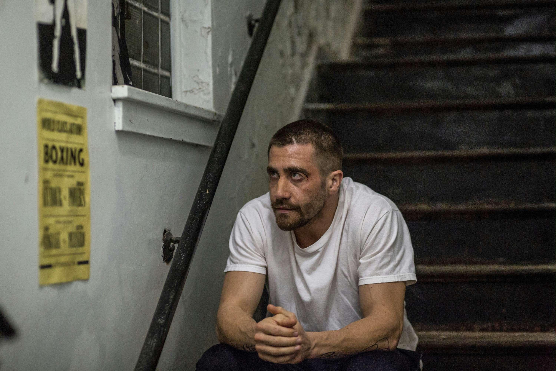 Southpaw - L'ultima sfida: Jake Gyllenhaal con gli occhi pesti seduto sugli scalini