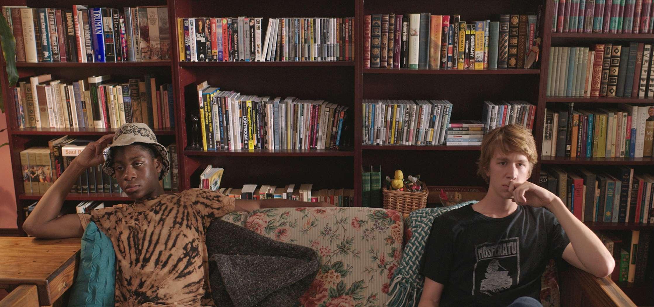 Me and Earl and the Dying Girl: Thomas Mann e RJ Cyler seduti sul divano