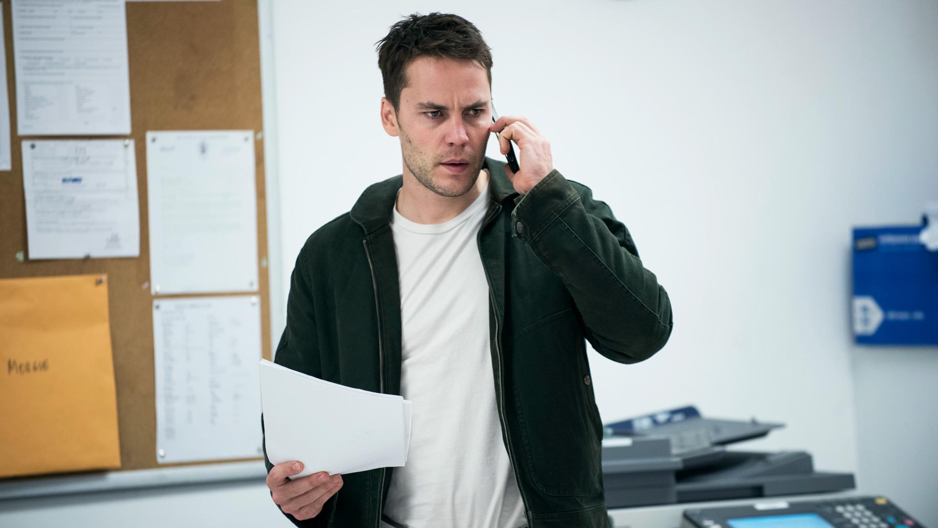 True Detective: Taylor Kitsch parla al telefono in una scena dell'episodio Black Maps and Motel Rooms