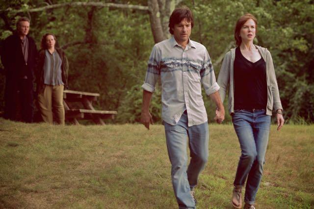 The Family Fang: Nicole Kidman e Jason Bateman si tengono per mano, seguiti con lo sguardo da Christopher Walken