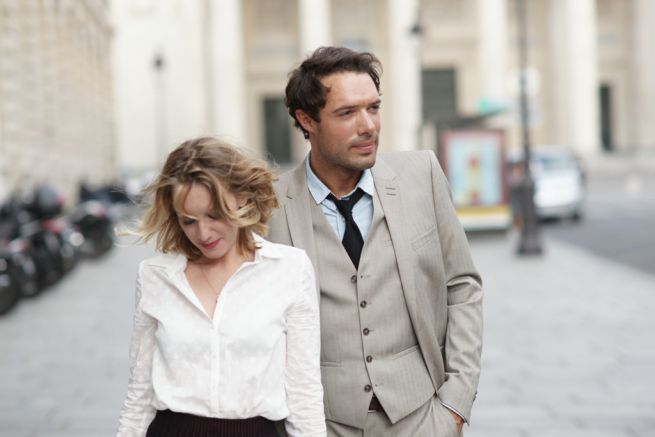 Love Is in the Air - Turbolenze d'amore: un fotogramma in cui Nicolas Bedos e Ludivine Sagnier camminano innamorati