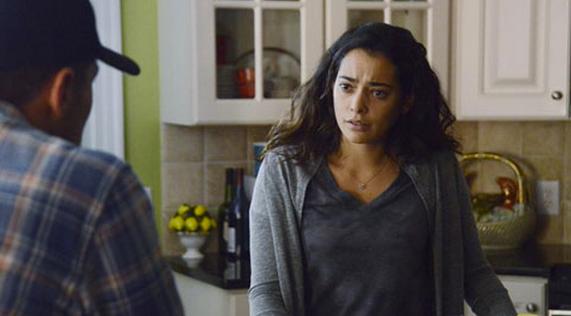 Secrets and Lies: l'attrice Natalie Martinez interpreta Jess Murphy in una scena della prima stagione