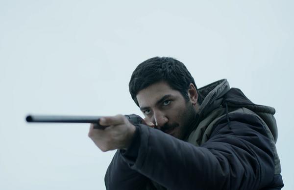 Frenzy: Berkay Ates con un fucile in mano
