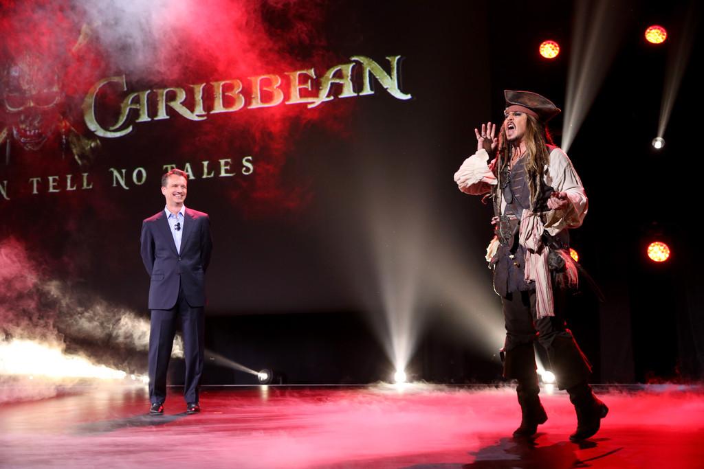 Johnny Depp con Sean Bailey al D23 nel 2015