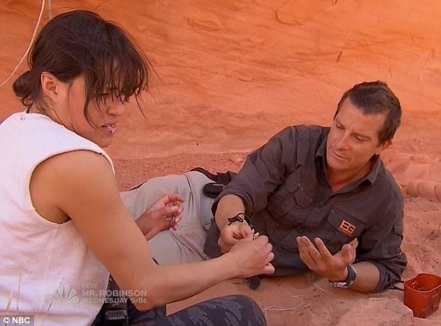 Michelle Rodriguez durante una puntata del reality Running Wild With Bear Grylls