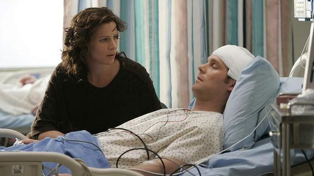 Six Feet Under: Rachel Griffiths e Peter Krause in una scena dell'episodio Transizione