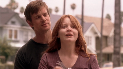 Six Feet Under: Peter Krause e Lauren Ambrose in una scena di Fino all'ultimo respiro