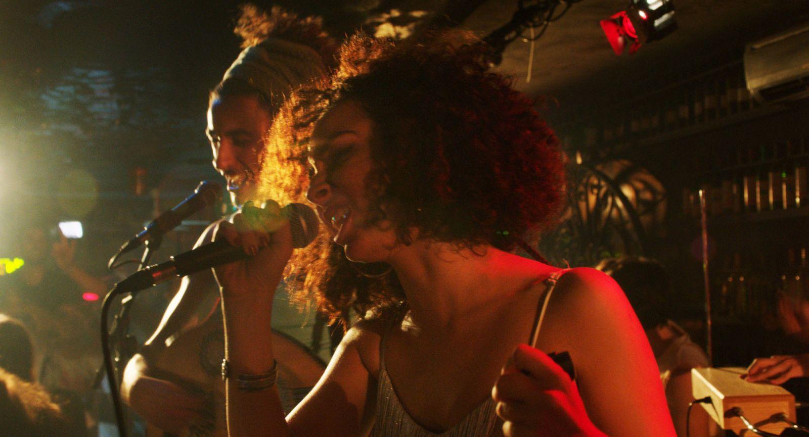As I Open My Eyes: un'immagine del film in cui i protagonisti si esibiscono sul palco