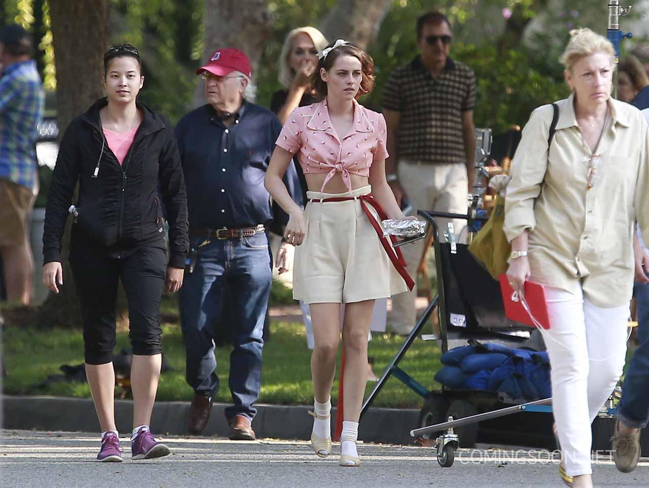 Kristen Stewart circondata da tecnici sul set del film di Woody Allen