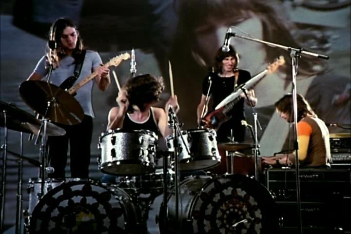 Pink Floyd: Live at Pompeii, i Pink Floyd si esibiscono a Pompei in un'immagine del film