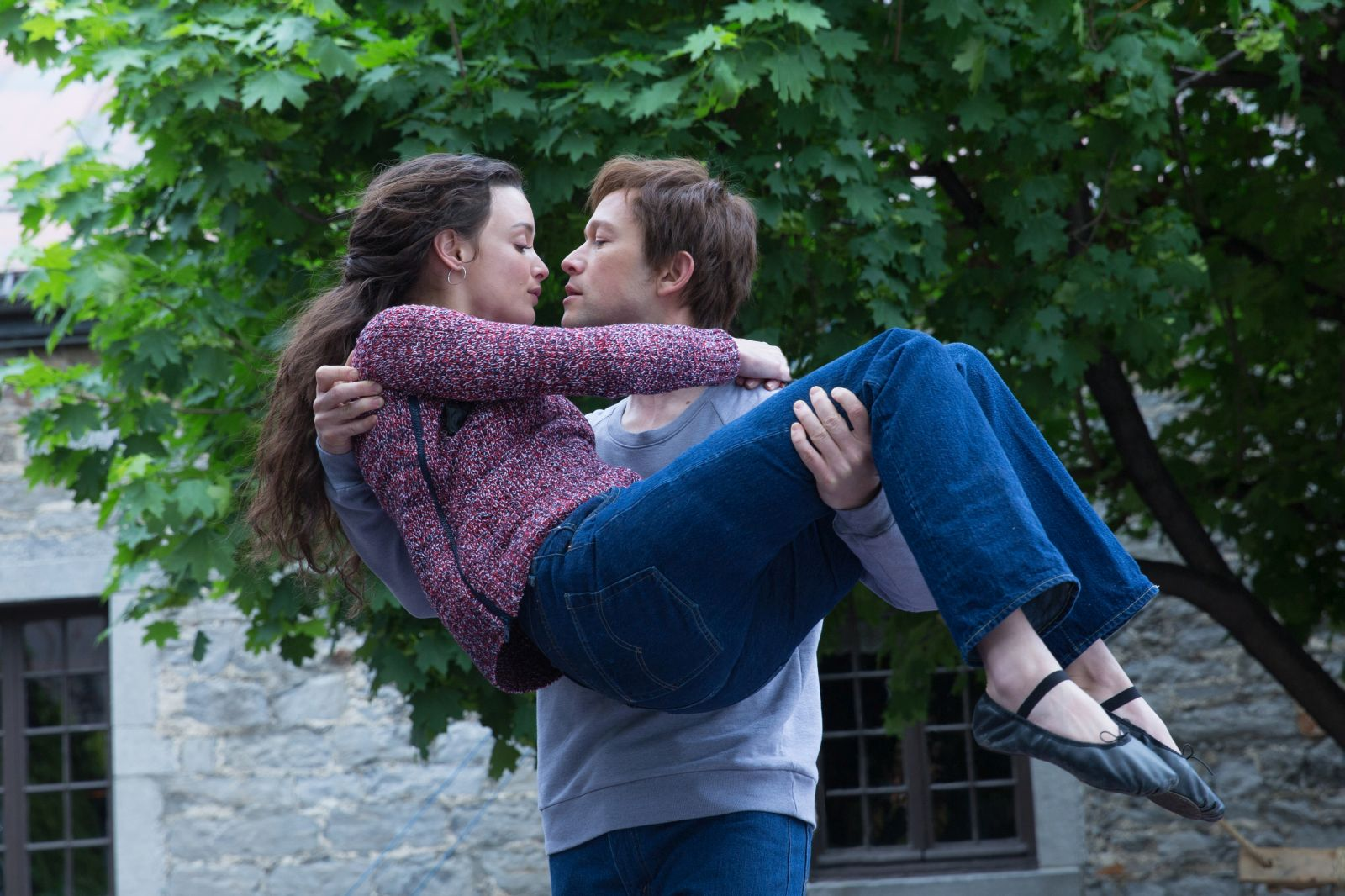 The Walk: Charlotte Le Bon con Joseph Gordon-Levitt in una scena del film