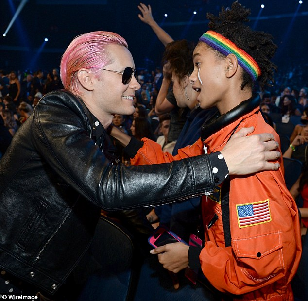 Jared Leto abbraccia Willow Smith ai Video Musica Awards 2015