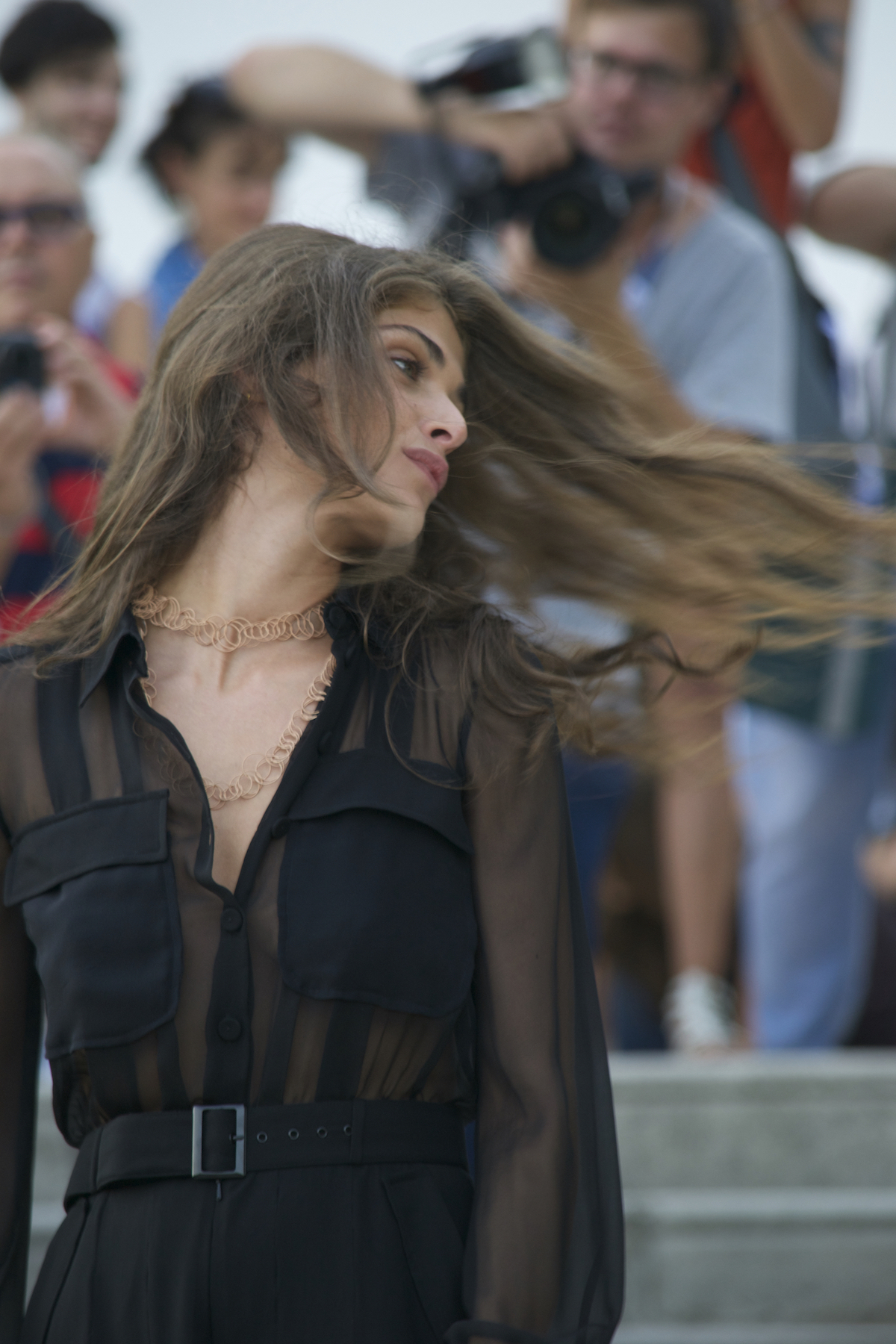 Venezia 2015: La madrina Elisa Sednaoui con i capelli al vento