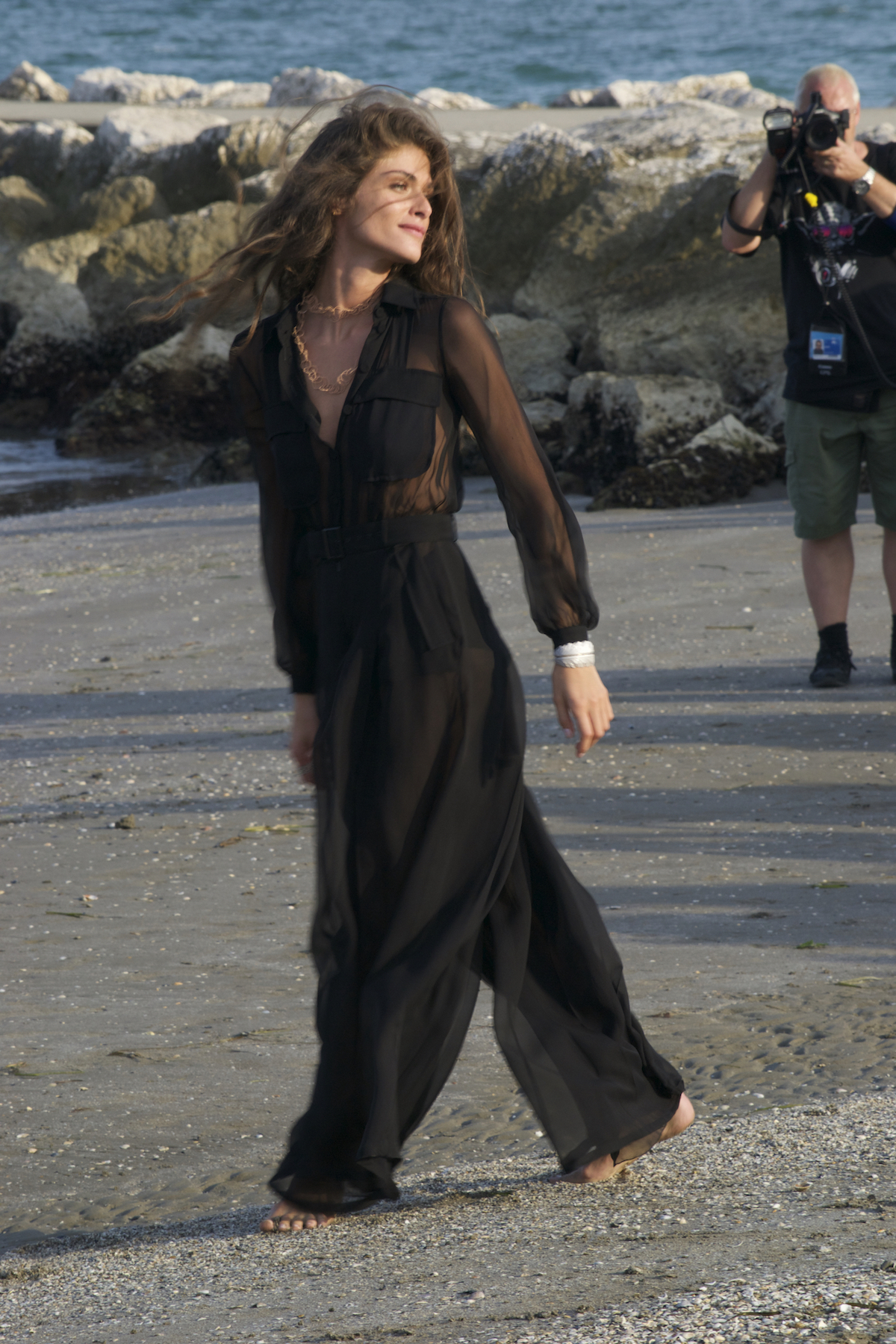 Venezia 2015: La madrina Elisa Sednaoui in spiaggia