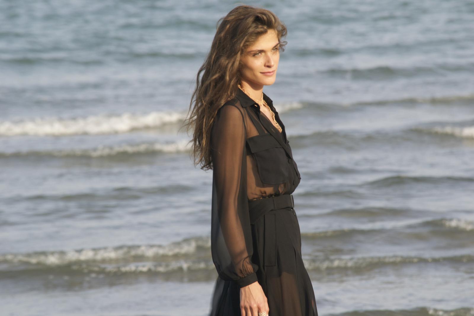 Venezia 2015: La madrina Elisa Sednaoui sulla spiaggia dell'Excelsior