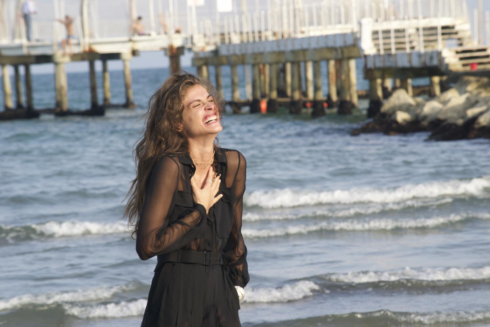 Venezia 2015: La madrina Elisa Sednaoui al photocall