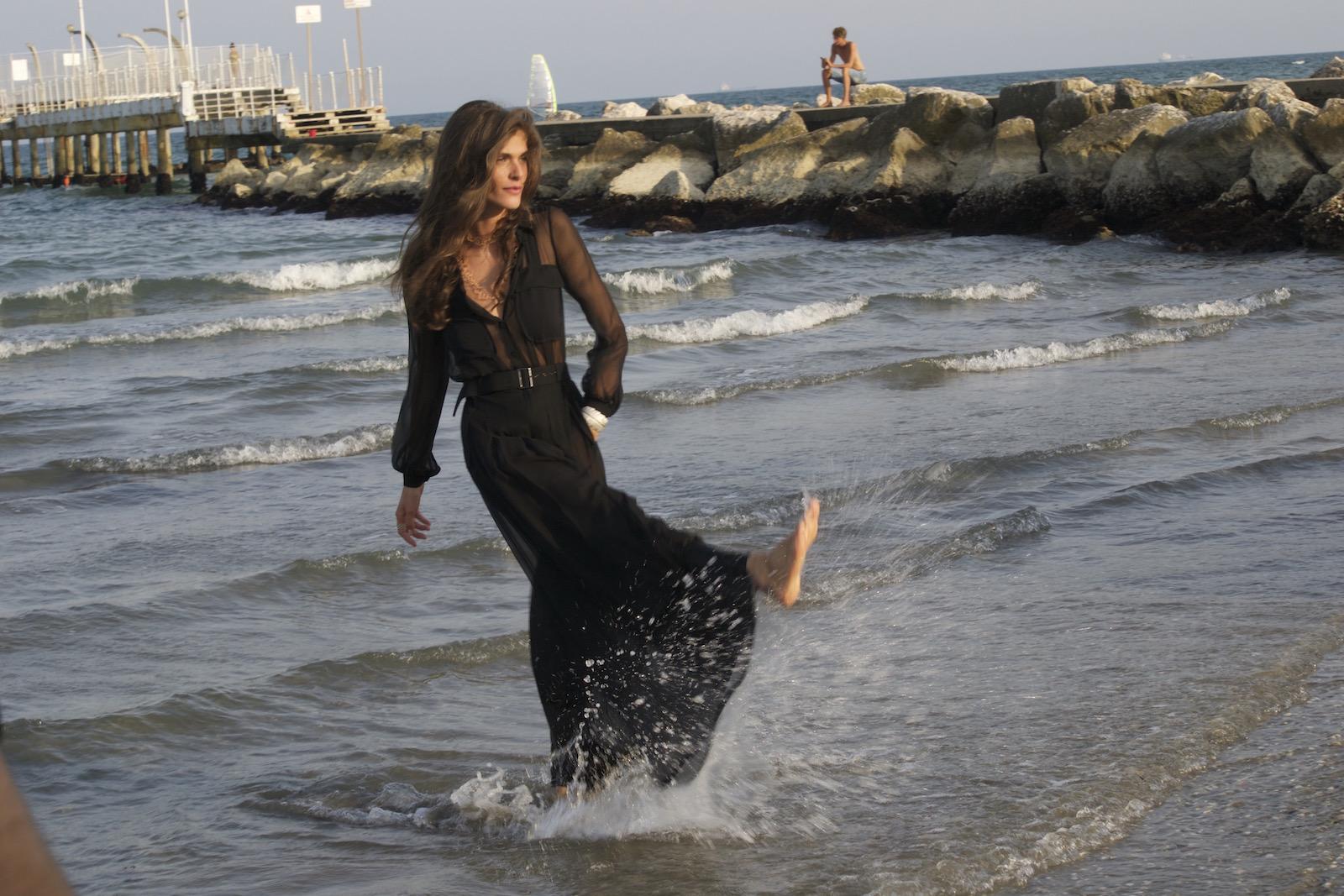 Venezia 2015: La madrina Elisa Sednaoui scherza al photocall