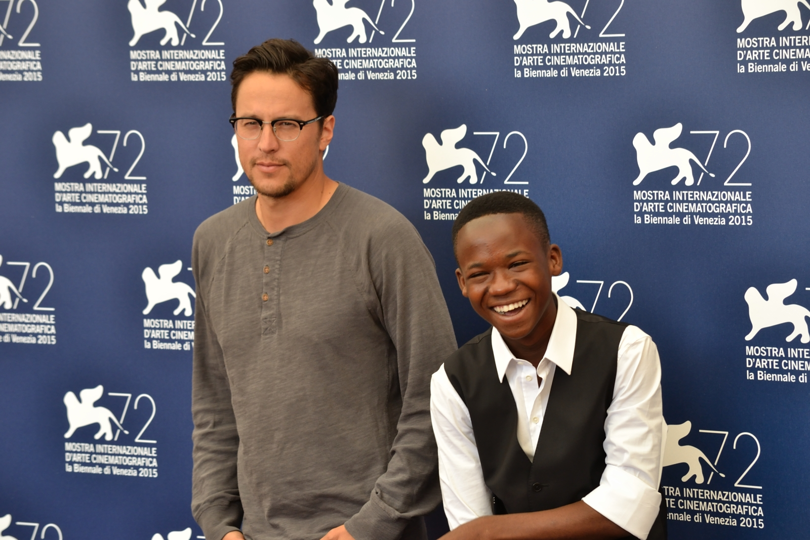 Beasts of No Nation: Cary Fukunaga posa con il giovane Abraham Attah al photocall di Venezia 2015