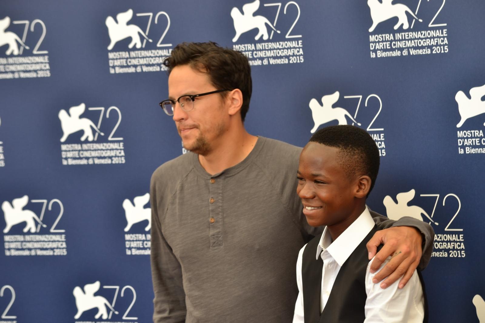 Beasts of No Nation: Cary Fukunaga con il giovane Abraham Attah al photocall di Venezia 2015