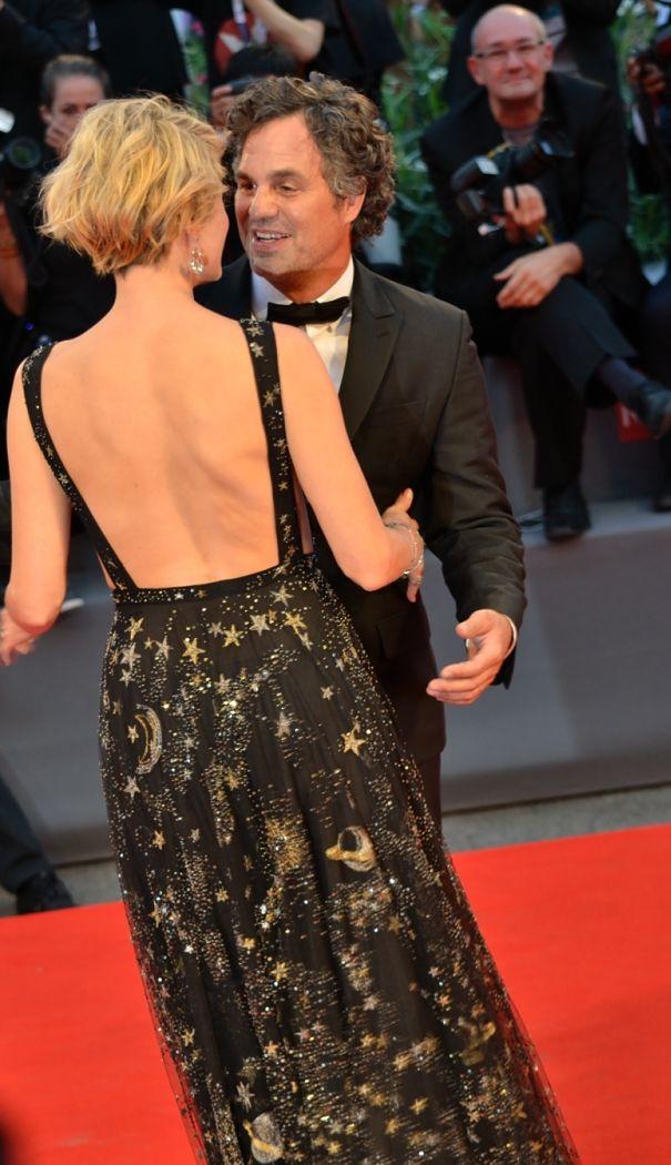 Venezia 2015: Mark Ruffalo scherza con sua moglie sul red carpet