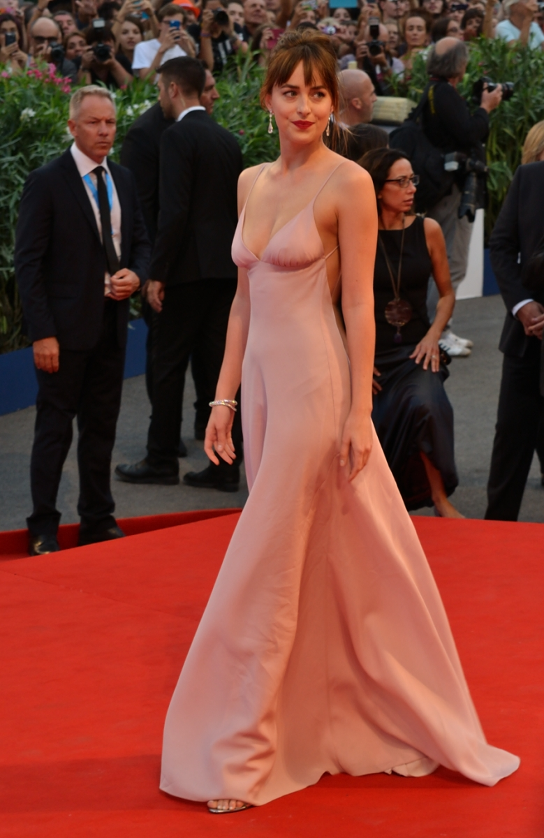 Venezia 2015: Dakota Johnson sfila sul red carpet
