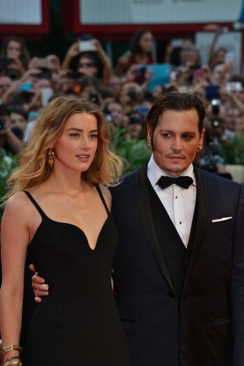 Venezia 2015: Johnny Depp e Amber Heard posano per i fotografi sul red carpet
