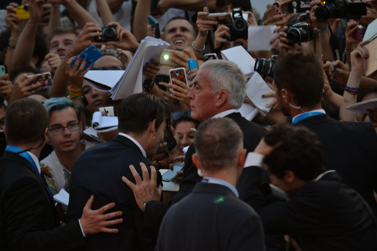 Venezia 2015: Johnny Depp firma autografi