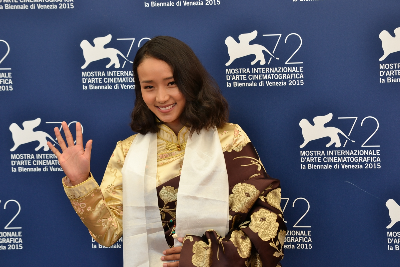 Venezia 2015: Yangshik Tso saluta i fotografi al photocall di Tharlo