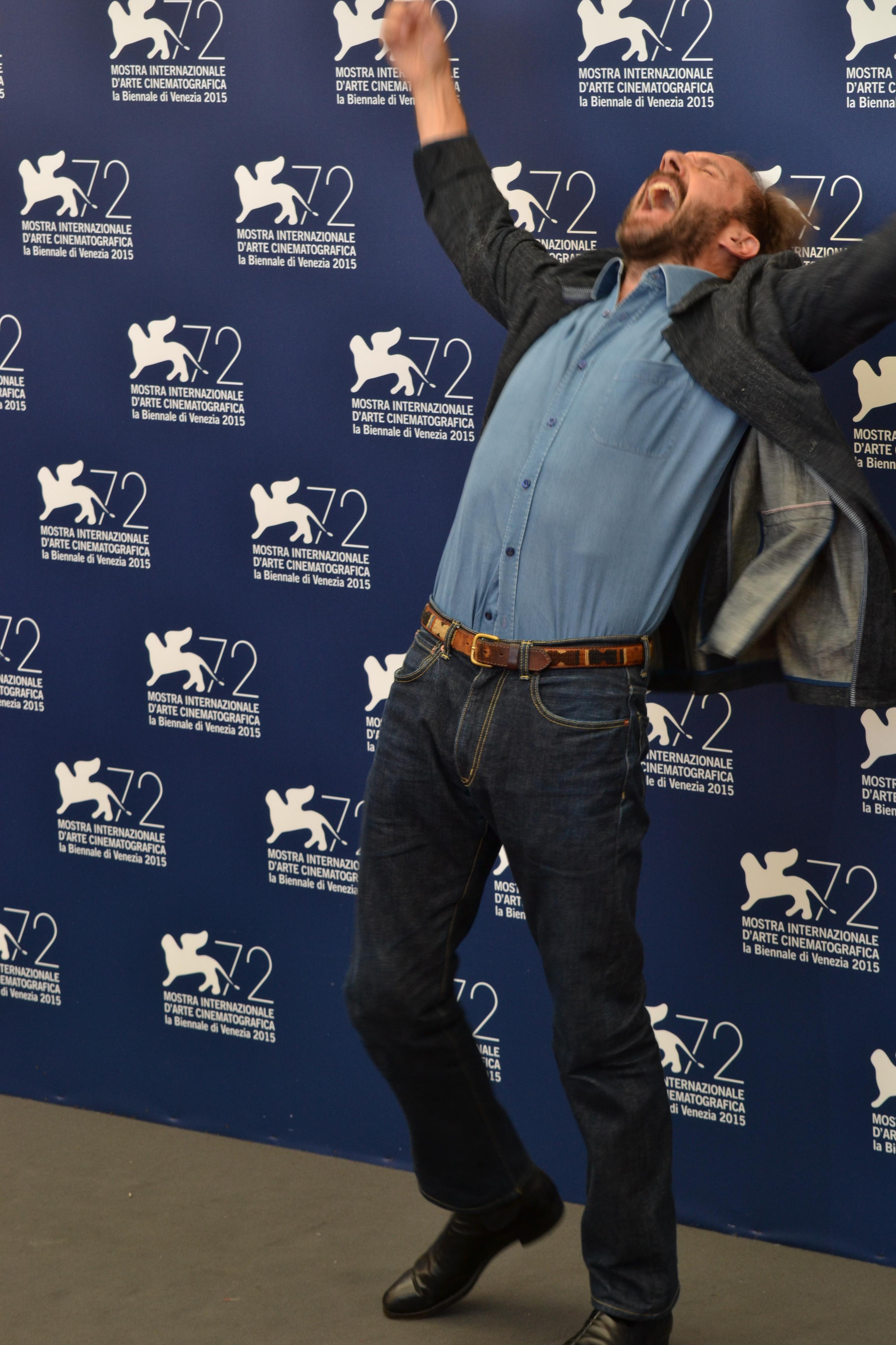 Venezia 2015: Ralph Fiennes scherza al photocall di A Bigger Splash