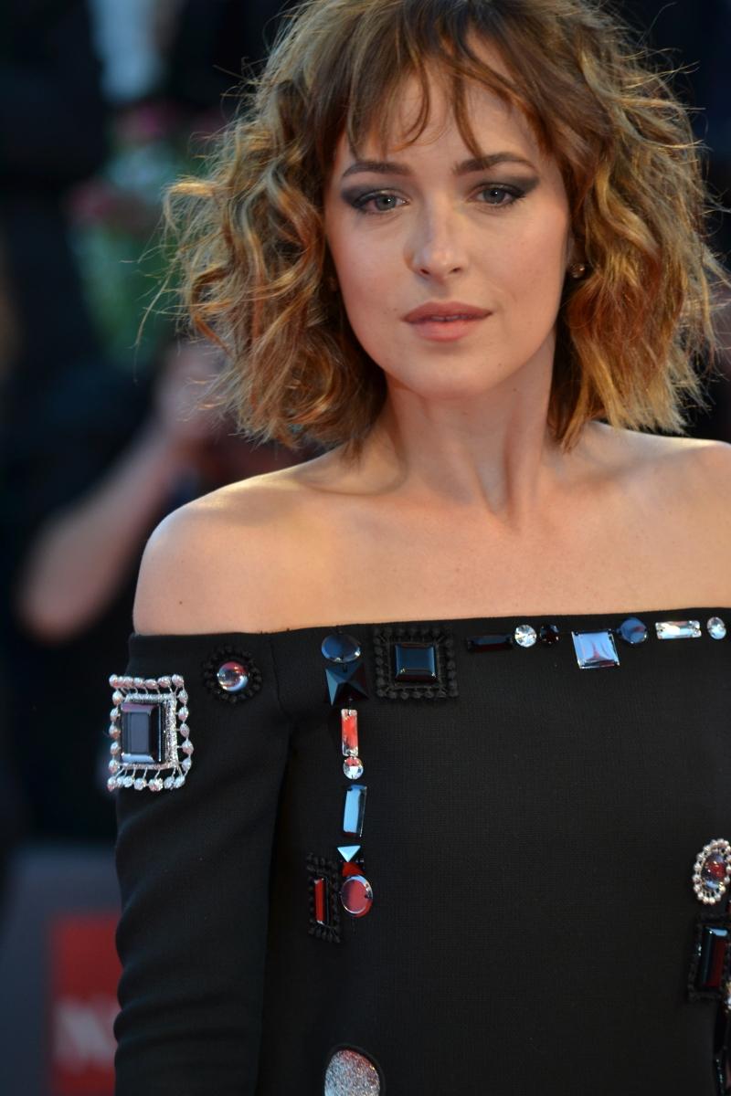 Venezia 2015: Dakota Johnson posa sul red carpet di A Bigger Splash