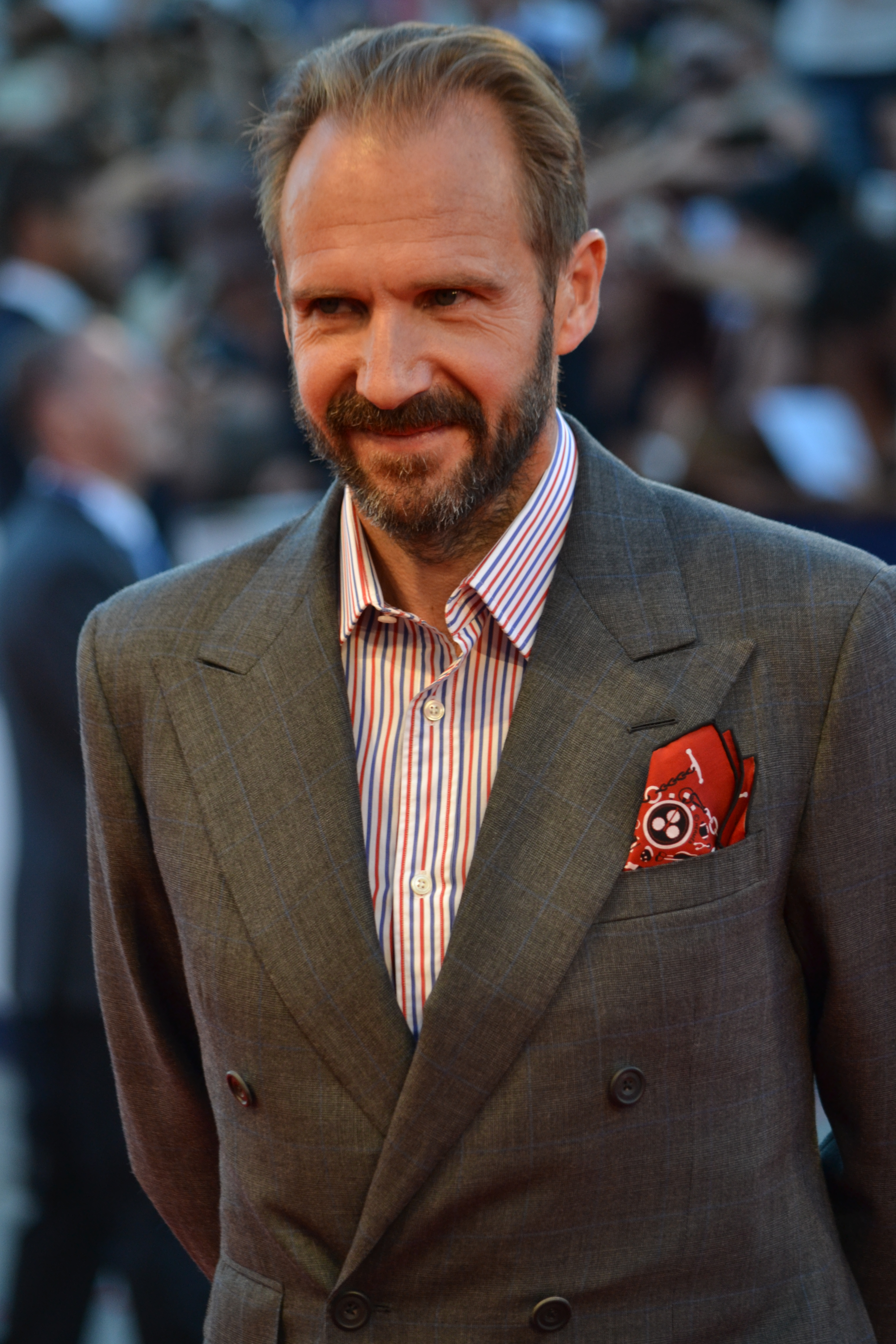 Venezia 2015: Ralph Fiennes sorride sul red carpet di A Bigger Splash